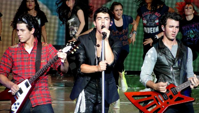 Ce stii despre Jonas Brothers?